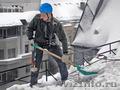 Чистка снега с крыш домов в Омске